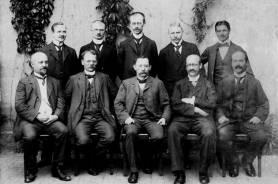 Lehrerkollegium mit Schulleiter Adolf Messing im Jahre 1915. Sitzend von links: Braun, Langewiesche, Messing, Spies, N.N.; stehend von links: Jaeckel, Meyer, Stroeder, N.N., N.N.