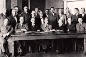 Lehrerkollegium mit Schulleiter Friedrich Schöne (sitzend Mitte) im Jahre 1949. Sitzend von links: Timmerkamp, Stothfang, Grundwaldt, SL Schöne, Hardt, N.N., Dr. Benning; stehend von links: N.N., Corsdreß, N.N., Schmidt, Chalybaeus, Müller, N.N., Dr. Thomé, Eichmeyer, Deger, Dr. Piontek, Dr. Mitsdörffer, Dr. Sirp.