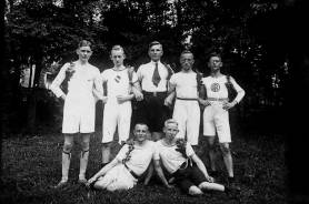 Bannerkampfmannschaft der Schule im Jahre 1921 in Dortmund: Fritz Höpker, Rolf Eckelmann, Fritz Ebke, Albert Becker, Rudi Westerhaus, Karl Niemann u. Willi Marxmeier.