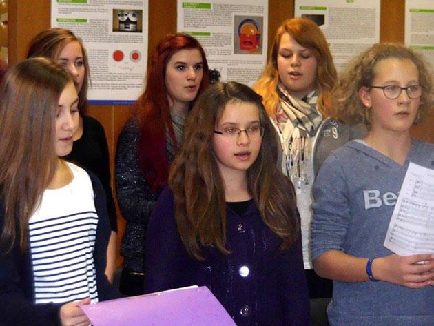 Der Chor ist jahrgangsstufenübergreifend, die Klassenstufe spielt hier keine Rolle.
