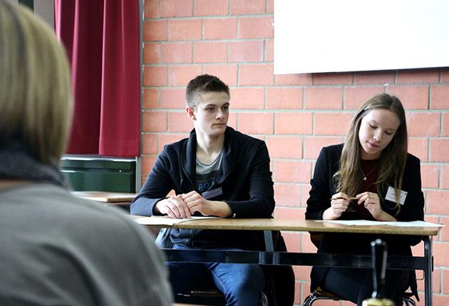 Joshua Steinmann (links) während der Debatte