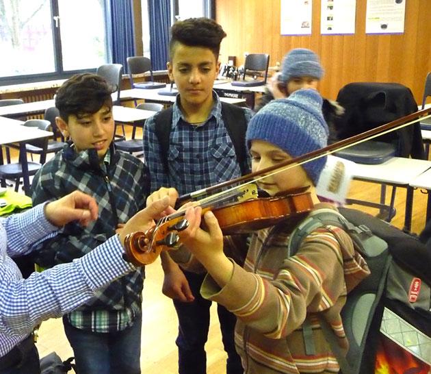 Als Vorbereitung für den Konzertbesuch haben wir eine Einführung in die Orchesterinstrumente bekommen.