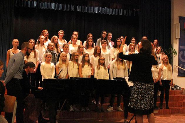 Unter der Leitung von Kerstin Thomas sang der Mädchenchor des FvSG - © Lydia Böhne
