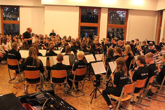 Das Mittelstufenorchester des SGL unter der Leitung von Christian Tiedemann - © Lydia Böhne