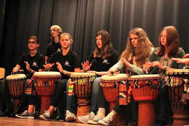 Afrikanische Rhythmen mit der Percussion-AG des SGL - © Lydia Böhne