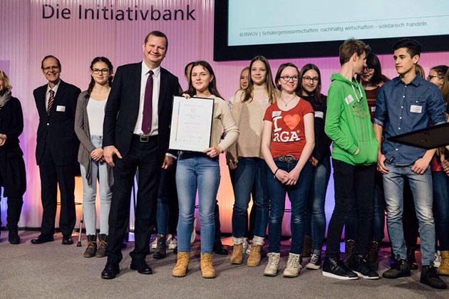 Lea Wippermann nimmt das Zertifikat des Nachhaltigkeitsaudit in Silber entgegen