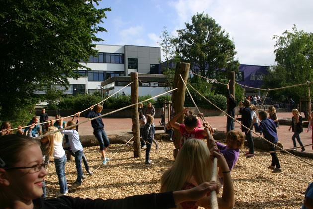 Schüler auf dem 2011 neu gestalteten Schulhof