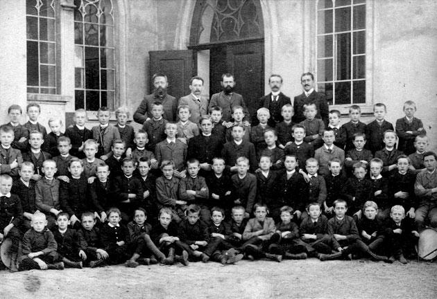 Schüler und Lehrer der Ev. Höheren Privat-Knabenschule im Jahre 1894 vor ihrem Schulgebäude, der Kapelle der Zionsgemeinde. Stehend von links in der hinteren Reihe die Lehrer von Lilljeström, Messing, Dr. Waltemath, Dr. Müller u. Wawrowsky.