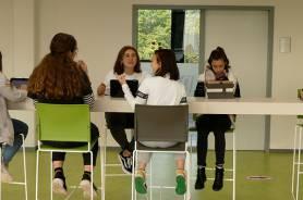 Lernflächen vor den Klassenräumen zum individuellen Arbeiten