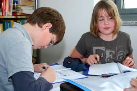 Schüler arbeiten in der Mediothek