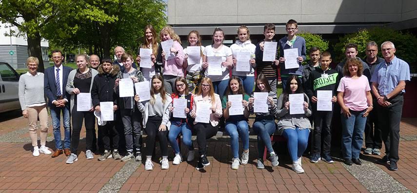 Zertifizierung der Schülerinnen und Schüler, die zu Busbegleiterinnen und Busbegleitern ausgebildet wurden