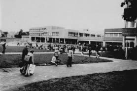 Das im Schulzentrum Bünde-Nord errichtete neue Gebäude des Freiherr-vom-Stein-Gymnasiums wurde im Jahre 1976 eingeweiht. Das Foto zeigt die Schüler am ersten Tag beim Betreten des neuen Gebäudes.